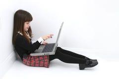 компьтер-книжка ребенка используя Стоковое Фото