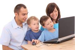 компьтер-книжка семьи используя Стоковое фото RF