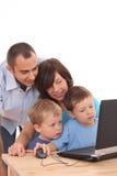 компьтер-книжка семьи используя Стоковая Фотография