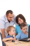 компьтер-книжка семьи используя Стоковые Изображения