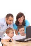 компьтер-книжка семьи используя Стоковые Изображения RF