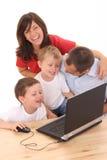компьтер-книжка семьи используя Стоковое Фото
