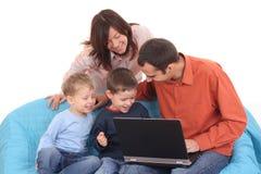 компьтер-книжка семьи используя Стоковая Фотография RF