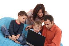 компьтер-книжка семьи используя Стоковые Фото