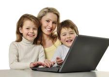 компьтер-книжка семьи счастливая стоковое изображение rf