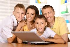 компьтер-книжка семьи счастливая Стоковые Фотографии RF