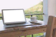 Компьтер-книжка с кофейной чашкой (фильтрованное обрабатываемое изображение) Стоковые Изображения RF