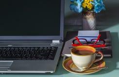 Компьтер-книжка с кофейной чашкой Стоковые Изображения
