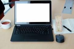 Компьтер-книжка с пустым экраном на столе в конференц-зале Стоковое Фото