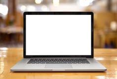 Компьтер-книжка с пустым экраном на таблице Стоковые Изображения RF