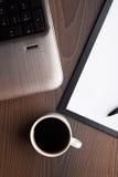 Компьтер-книжка с свежей чашкой кофе стоковые изображения