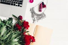 Компьтер-книжка с тетрадью, стильным ожерельем, губной помадой, маникюром Стоковые Фото