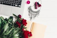 Компьтер-книжка с тетрадью, стильным ожерельем, губной помадой, маникюром Стоковое фото RF