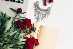 Компьтер-книжка с тетрадью, стильным ожерельем, губной помадой, маникюром Стоковые Изображения RF