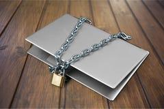 Компьтер-книжка с цепями и padlock на деревянном Стоковые Фото