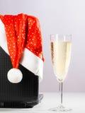 Компьтер-книжка с шляпой и вином santa Стоковое Фото