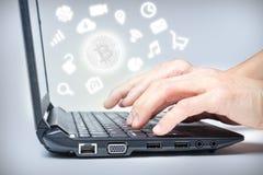 Компьтер-книжка с Bitcoin и значками средств массовой информации Стоковые Фото
