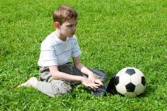 компьтер-книжка травы мальчика Стоковое фото RF