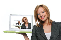 компьтер-книжка удерживания девушки компьютера предназначенная для подростков Стоковые Фотографии RF
