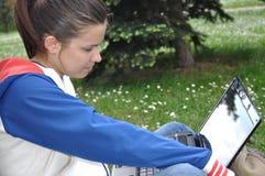 компьтер-книжка учя outdoors детенышей студента Стоковое Фото