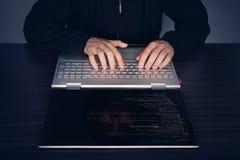 компьтер-книжка хакера чисел компьютера дробит экран на участки используя Серии чисел на экране компьютера современный тонкий тра Стоковые Фотографии RF