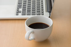 компьтер-книжка чашки компьютера кофе стоковая фотография rf