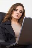 компьтер-книжка дела используя женщину Стоковые Изображения RF