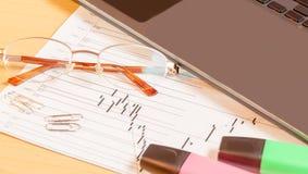 Компьтер-книжка, highlighters и стекла на столе офиса Стоковые Фото