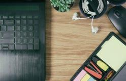 Компьтер-книжка Omputer мышь кактуса ручка и наушник Стоковая Фотография RF