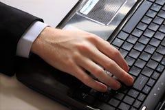 компьтер-книжка s руки компьютера бизнесмена Стоковые Фотографии RF