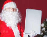 компьтер-книжка santa удерживания компьютера claus Стоковые Изображения RF