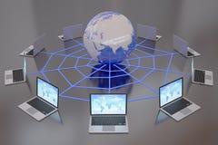 Компьтер-книжки подключенные к Всемирному Вебу интернета Стоковое Изображение RF