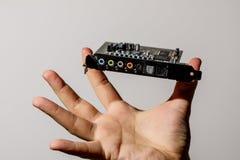 Компьютерная микросхема в руке над белизной стоковые фото