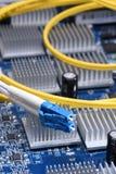 Компьютерная сеть, гибкий провод кабеля волокна на электронной доске Стоковые Изображения