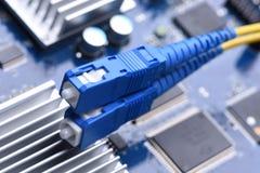 Компьютерная сеть, гибкий провод кабеля волокна на электронной доске Стоковое Изображение