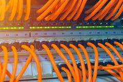 Компьютерная сеть информационной технологии, кабели ethernet радиосвязи подключенные к переключателю интернета Стоковое фото RF