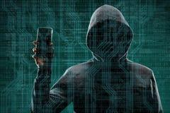 Компьютерный хакер в маске и hoodie над абстрактной бинарной предпосылкой Затемненная темная сторона Похититель данных, очковтира стоковая фотография rf