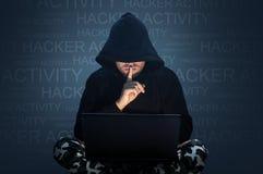 Компьютерный хакер крадя данные от компьтер-книжки стоковые изображения rf