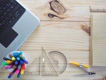 Компьютеры, карандаши, тетради и чертегные инструменты на деревянных досках Смысл проектной работы стоковая фотография rf