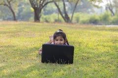 Компьютеры пользы детей стоковое фото