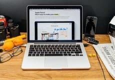 Компьютеры Эпл на объявлениях WWDC самых последних Яблока рисуют Стоковое Изображение