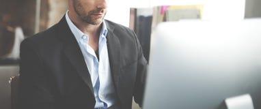 Компьютер анализа бизнесмена ища концепцию технологии Стоковые Фотографии RF