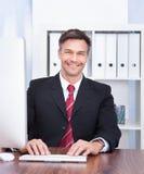 компьютер бизнесмена используя Стоковое Изображение