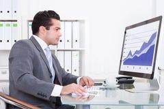 компьютер бизнесмена используя Стоковые Фото