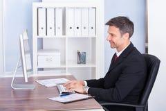 компьютер бизнесмена используя Стоковое фото RF