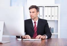 компьютер бизнесмена используя Стоковые Изображения RF