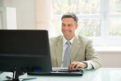 компьютер бизнесмена используя Стоковые Фотографии RF