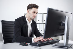 компьютер бизнесмена используя Стоковая Фотография RF