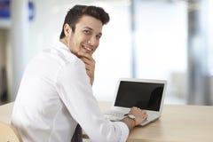 Компьютер бизнесмена работая в офисе Стоковое Изображение RF