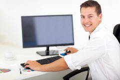 Компьютер бизнесмена работая Стоковое Фото